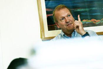 Instituttleder Pål Kraft prater, mens han stikker pekefinger i været.