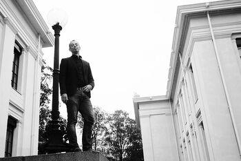 Mann står øverst i trappa på Det juridiske fakultet