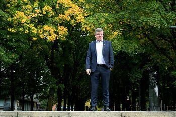 Ein mann står midt i ein allé på Blindern