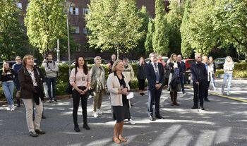Fleire personar står ute på ei open gate